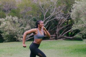 femme sport activite physique intense course nature exterieur
